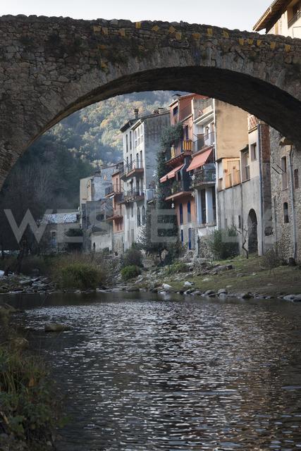 Spain, Catalonia, Osor, View of old stone bridge over Ter river - SKCF00330