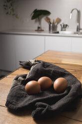 Brown eggs, kitchen towel - MAUF01332