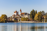 Switzerland, Canton of Bern, Thun, river Aare, old town with Aarequai, parish church and castle - WDF04428