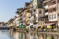Switzerland, Thun, row of houses with pavement cafes and restaurants at riverside of Aare - WDF04436