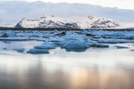 Iceland, Hof, Jokulsarlon lagoon with icebergs and mountains - WPEF00109