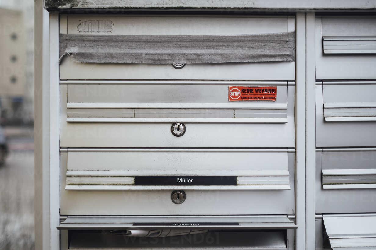 Barred mailbox of deceased neighbour - JSCF00056 - Jonathan Schöps/Westend61