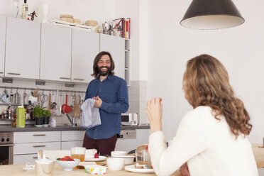 Smiling mid adult couple in kitchen - FSIF00104