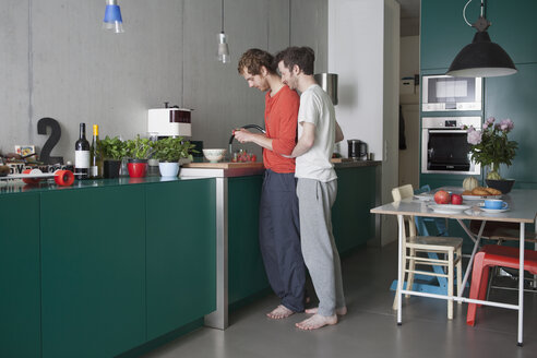 Full length side view of young gay couple in kitchen - FSIF00200