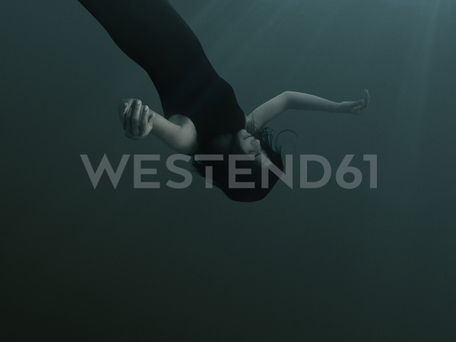 A woman with closed eyes and blank expression, sinking underwater - FSIF00443 - fStop/Westend61