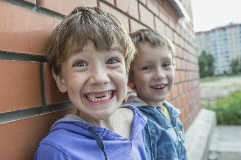 Portrait of boys smiling - FSIF00758