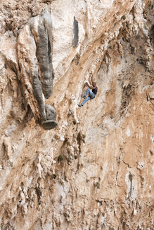 Greece, Kalymnos, climber in rock wall - ALRF00904