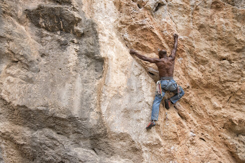 Greece, Kalymnos, climber in rock wall - ALRF00907