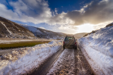 United Kingdom, Scotland, Highlands, road, off-road vehicle in winter - SMAF00937
