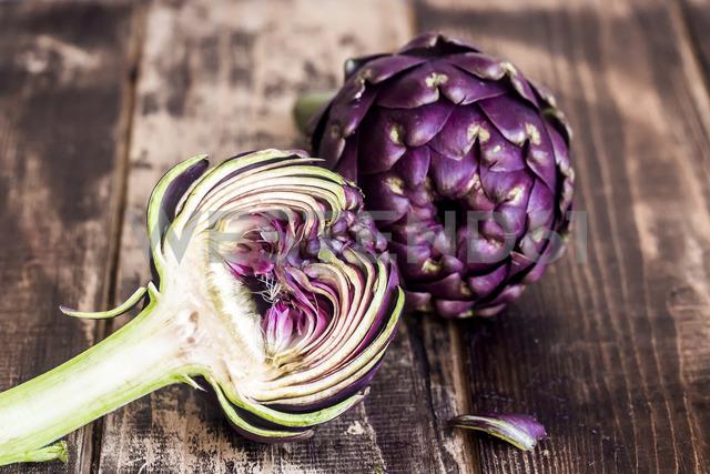 Sliced and whole purple artichoke - SARF03575