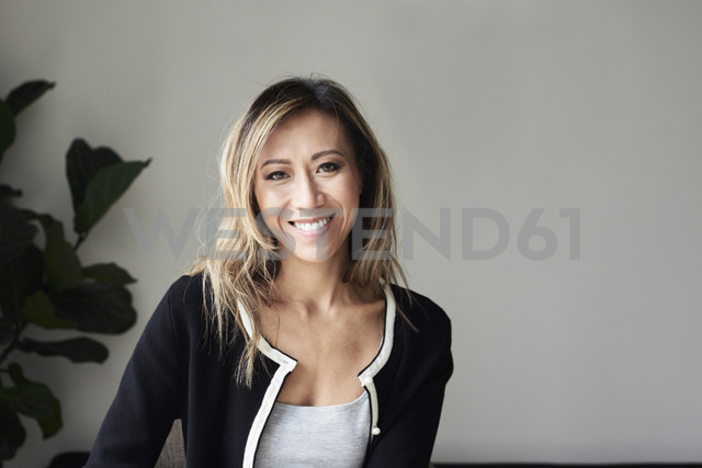Portrait of smiling woman at home - IGGF00409