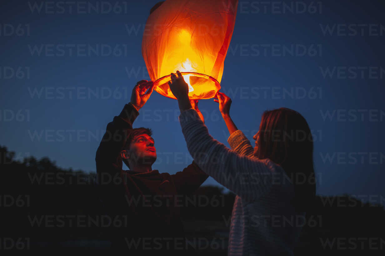 Low angle view of hikers releasing paper lanterns - FSIF01528 - fStop/Westend61