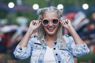 Portrait of happy fashionable young woman wearing sunglasses - FSIF01684