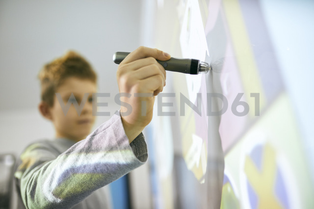 Student in class using digitized pen at interactive whiteboard - ZEDF01195 - Zeljko Dangubic/Westend61