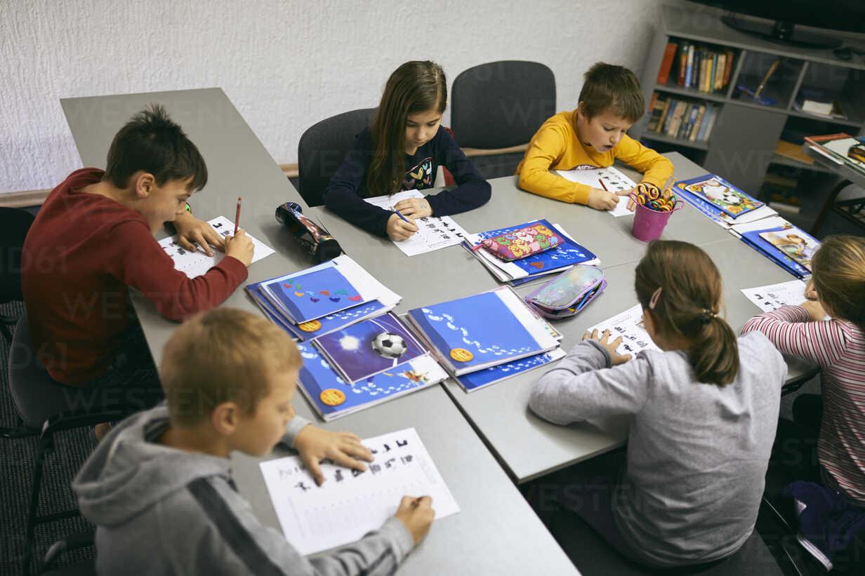 Students learning in class - ZEDF01210 - Zeljko Dangubic/Westend61