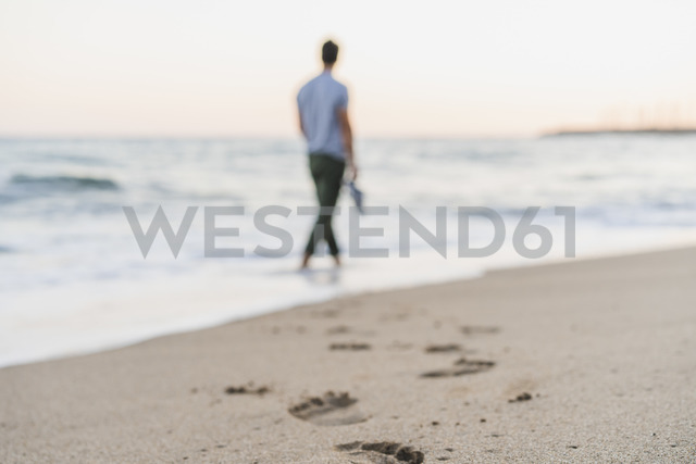 Footmarks of man srolling at seaside, close-up - AFVF00159