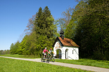 Germany, Bavaria, Upper Bavaria, Bad Heilbrunn, Antonius Chapel, cyclists - LBF01768