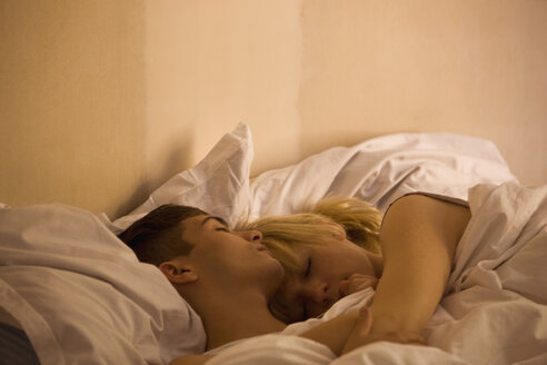 A young couple sleeping in bed - FSIF02737