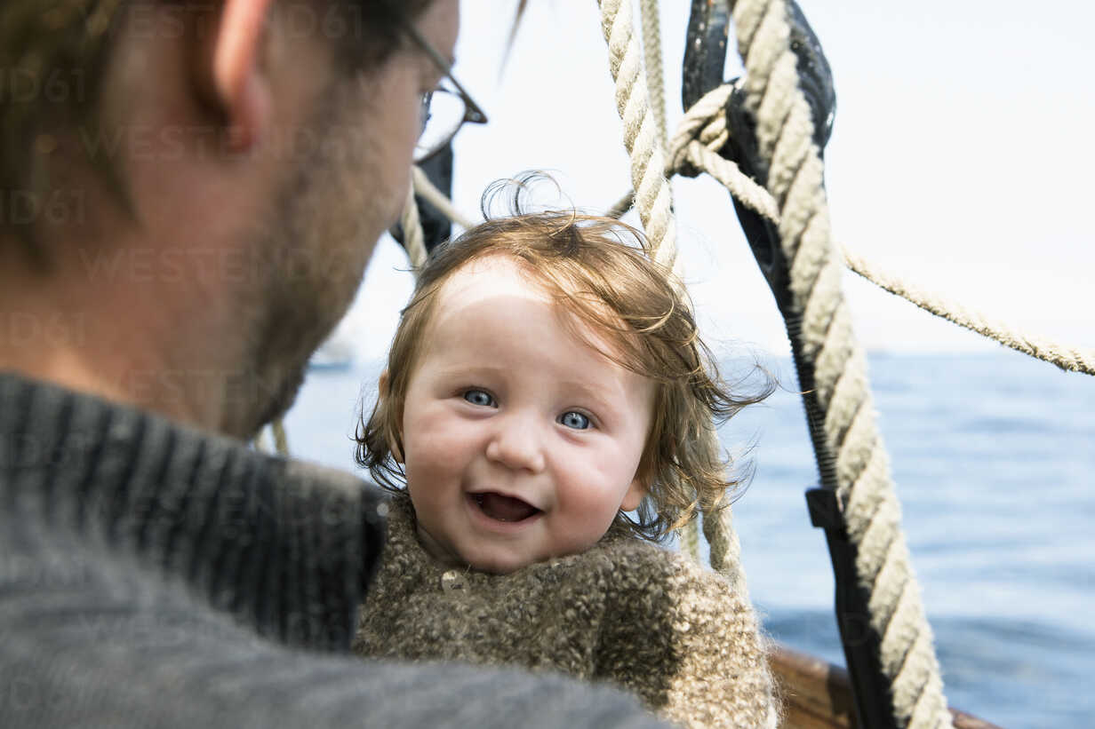An excited baby with her father on a boat - FSIF02916 - fStop/Westend61