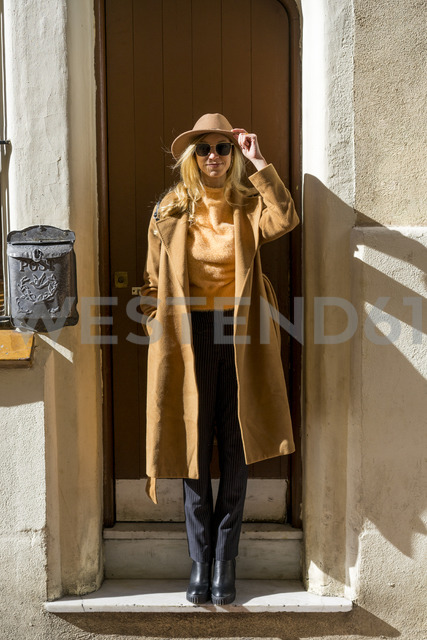 Portrait of fashionable young woman at house entrance - AFVF00227