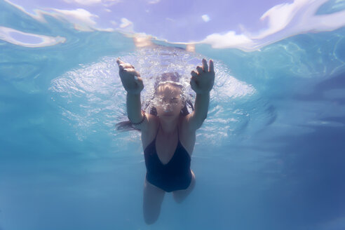 Young woman underwater in a swimming pool - KNTF00986