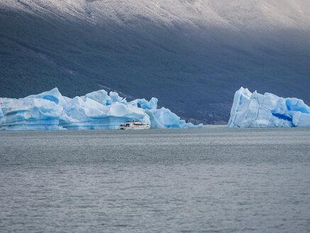 Argentina, Patagonia, El Calafate, Puerto Bandera, Lago Argentino, Parque Nacional Los Glaciares, Estancia Cristina, broken iceberg, tourboat - AMF05668