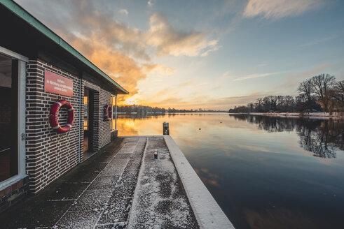 Germany, Hamburg, Outer Alster Lake, Ferry dock Krugkoppelbruecke in winter at sunrise - KEBF00756