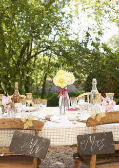 Table setting for outdoor wedding reception - CAIF00741