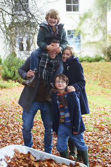 Family smiling together outdoors - CAIF00927