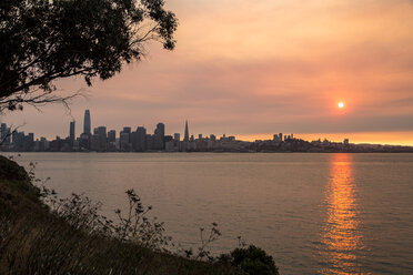 USA, California, view from Treasure Island over San Francisco at sunset - SUF00520