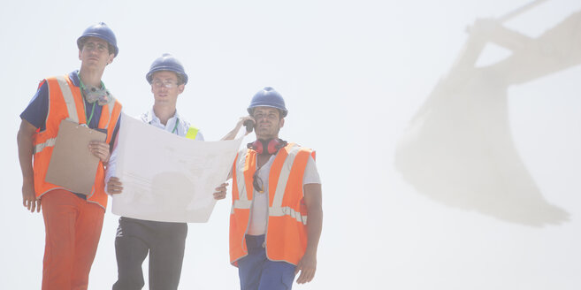 Workers reading blueprints on site - CAIF01370