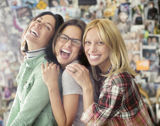 Smiling women posing together - CAIF01538