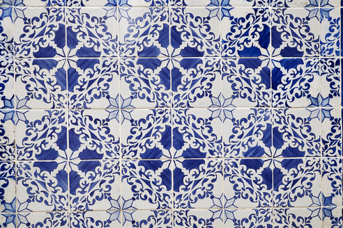 Portugal, Lisbon, Alfama, part of wall with white and blue azulejos - MRF01853