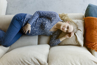 Pregnant woman lying on couch at home - BMOF00033