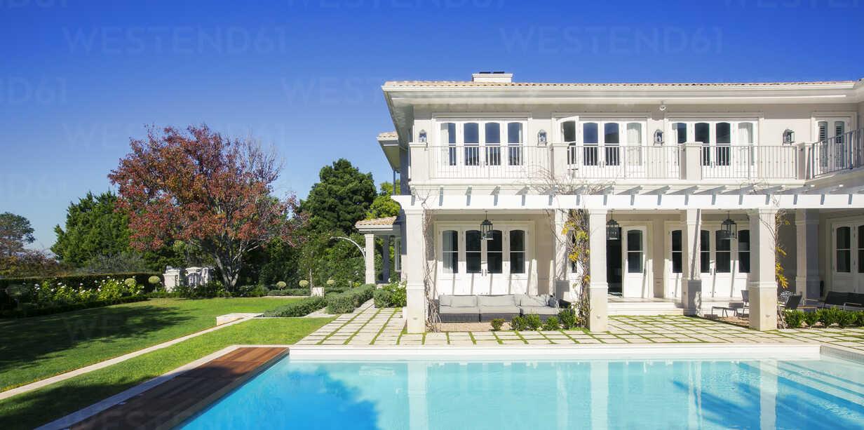 Swimming pool outside luxury house - HOXF00755 - Tom Merton/Westend61