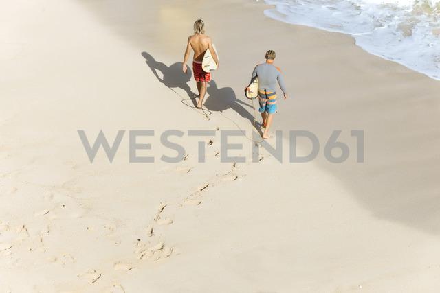 Indonesia, Bali, Surfers walking aat Bingin beach - KNTF01055