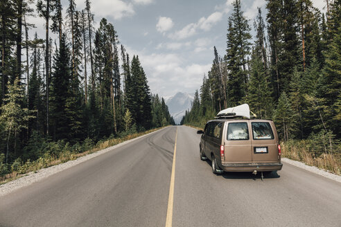 Canada, British Columbia, Trans-Canada Highway, Columbia-Shuswap A, camper on the road - GUSF00306