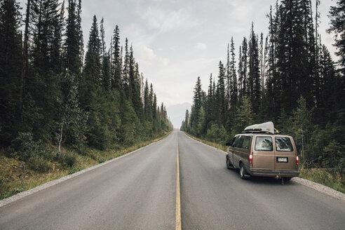 Canada, British Columbia, Emerald Lake Road, Yoho National Park, van on road - GUSF00333