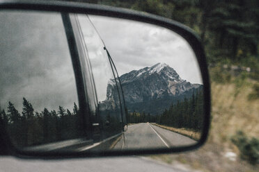 Canada, Alberta, Banff National Park, Rocky Mountains, Icefields Parkway, mirrored in wing mirror - GUSF00342