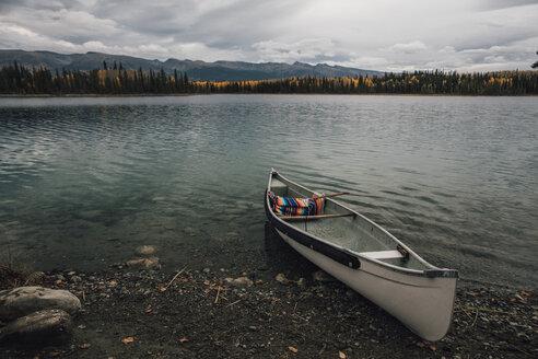 Canada, British Columbia, Boya Lake, Boya Lake Provincial Park, kanu - GUSF00375