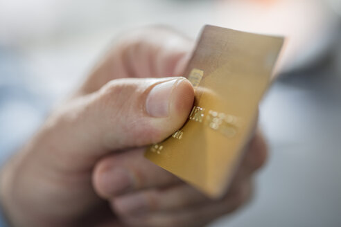 Man's hand holding credit card, close-up - ZEF15108
