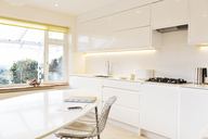 Modern white kitchen - HOXF03193