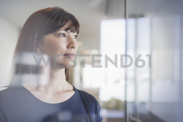 Pensive businesswoman looking out window - HOXF03280 - Martin Barraud/Westend61