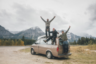 Canada, Alberta, Banff National Park, happy friends with minivan at Icefields Parkway - GUSF00426
