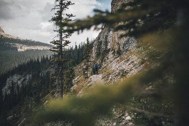 Canada, British Columbia, Yoho National Park, two men hiking at Mount Burgess - GUSF00465