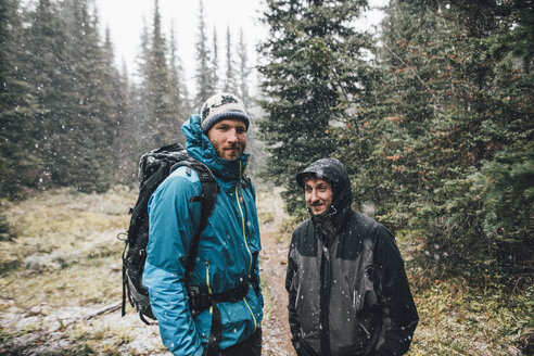 Canada, British Columbia, Yoho National Park, portrait of two smiling hikers in snowfall - GUSF00468