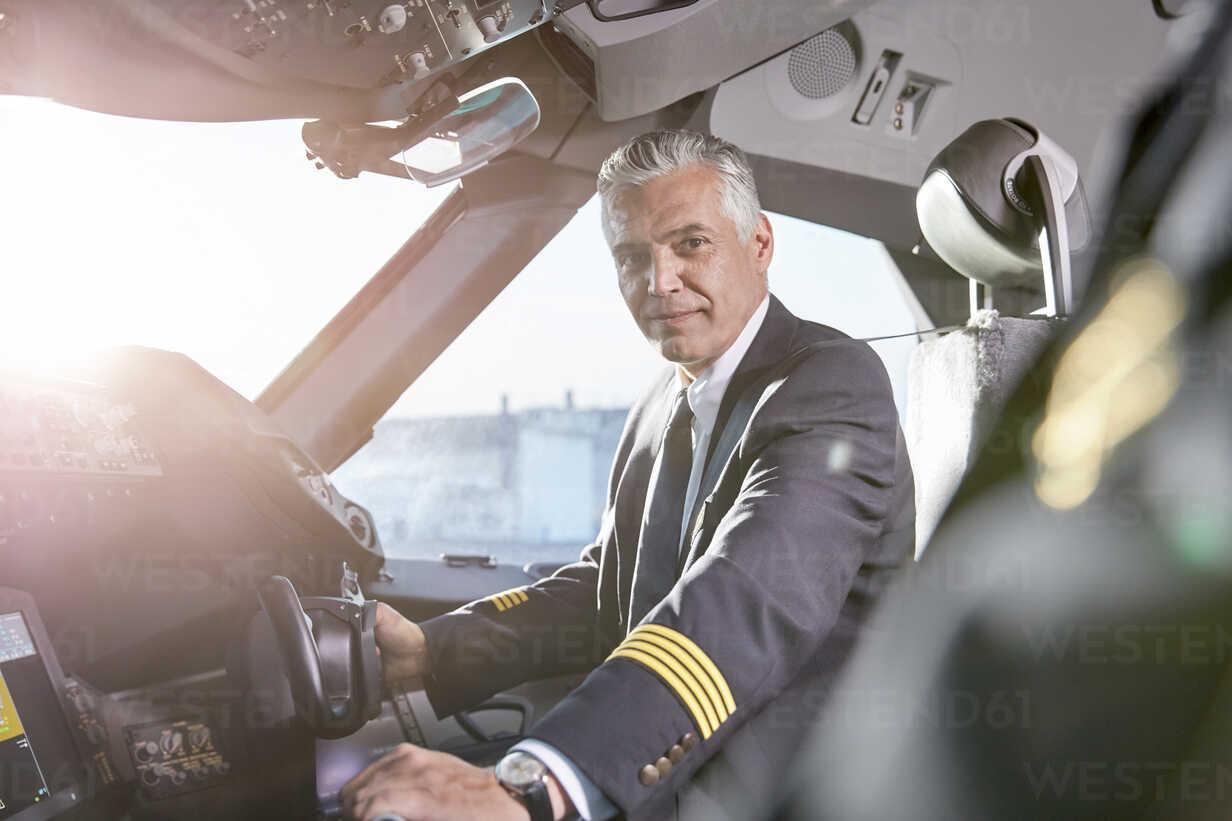 Portrait confident male pilot in airplane cockpit - CAIF06587 - Caiaimage/Agnieszka Olek/Westend61
