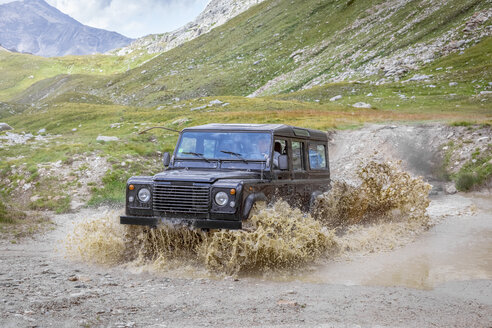 Italy, Piemont, Landrover driving through waterhole - MMAF00302