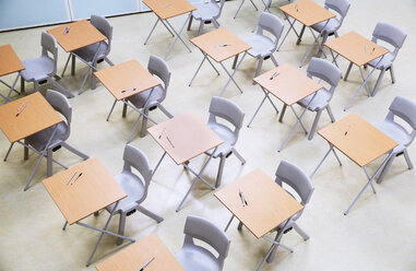Elevated view of rows of desks and chairs in empty classroom - CAIF07677