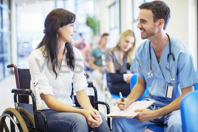 Patient in wheelchair talking to nurse in hospital - CAIF08519 - Paul Bradbury/Westend61